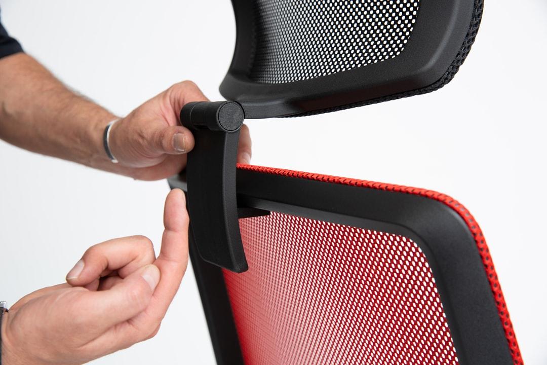 Richtige Neigung der Nackenstütze einstellen bei einem living chair.