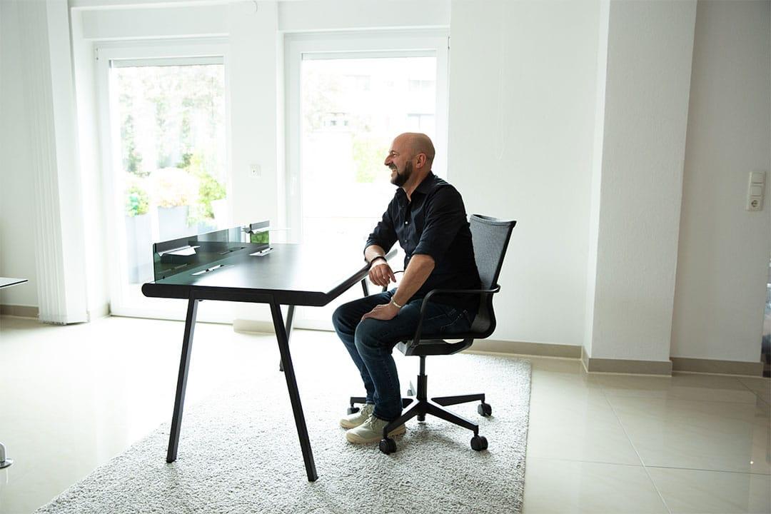 Der living chairs Experte für gesundes Sitzen erklärt, wie man den eigenen Büroarbeitsplatz gesund einrichtet.